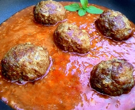 Almôndegas de carnes suína e bovina com molho de tomate e vodka
