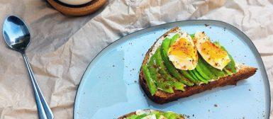 Torrada com avocado e ovo mole
