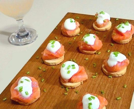 Canapés de salmão defumado com creme azedo + um drink rapidinho