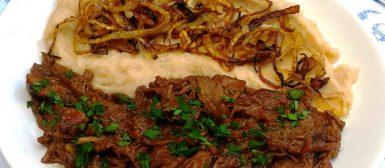 Carne assada na pressão com purê de feijão branco
