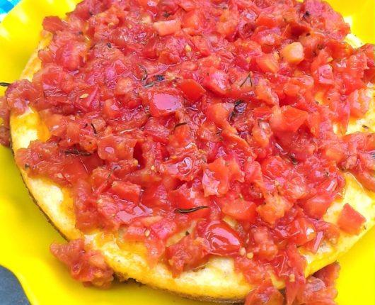 Cheesecake salgada com tomate confit