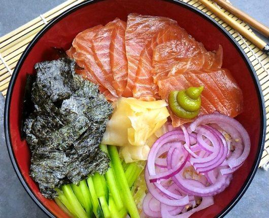 Domburi de salmão yukke (tigela com arroz japonês, salmão temperado e vegetais)