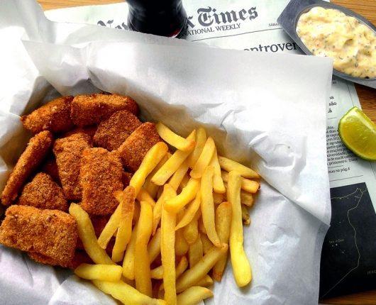 Fish and chips mais leve (peixe com fritas na air fryer)