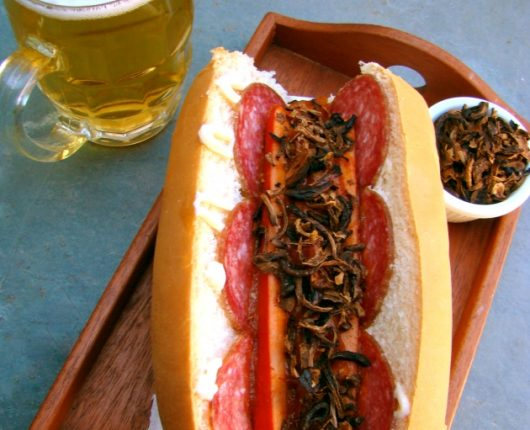 Hot dog currywurst com salame e crispies de cebola
