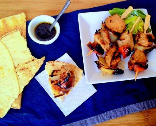 Michuí de frango com vinagrete de melaço (espetinho árabe de frango com legumes)
