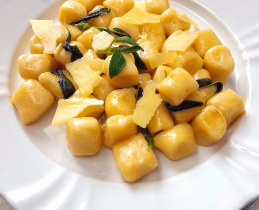 Nhoque na manteiga com sálvia