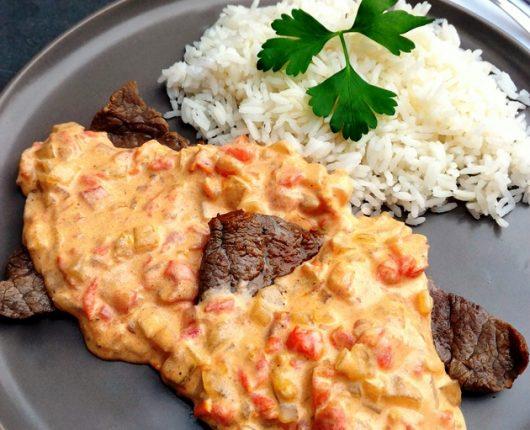 """""""O"""" bife (filé grelhado com molho cremoso de cebola e tomate)"""
