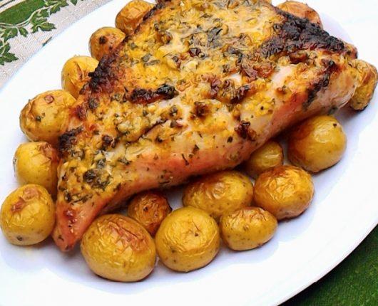 Picanha suína na mostarda assada com batatinhas