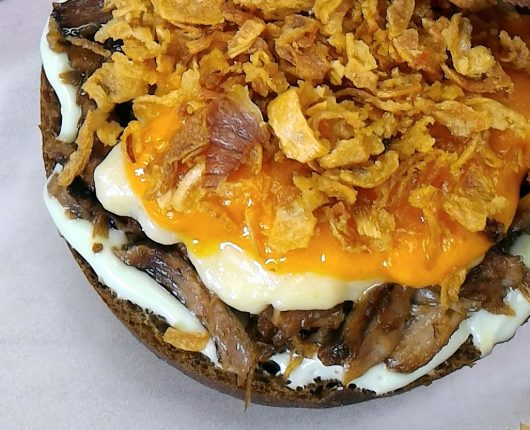 Ribs burger (Sanduíche de costela com barbecue desfiada, queijos derretidos e cebola crocante)
