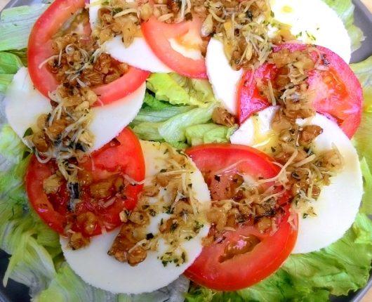 Salada caprese especial com vinagrete de alho poró e nozes