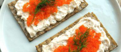 Salada cremosa de camarão no pão sueco (Krämig räksallad på toast)