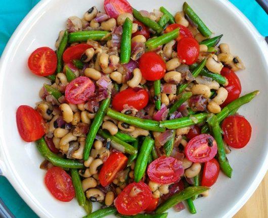 Salada de feijão fradinho com vagens e tomatinhos