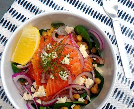 Salada de salmão curado com agrião, lentilhas, ricota e cebola