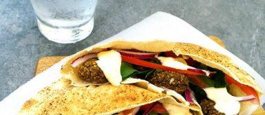 Sanduíche de faláfel com molho de coalhada seca