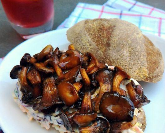 Sanduíche de shimeji com coleslaw