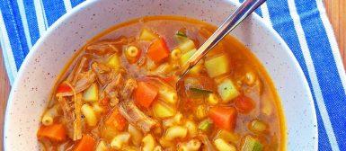 Sopa de frango com legumes e macarrãozinho