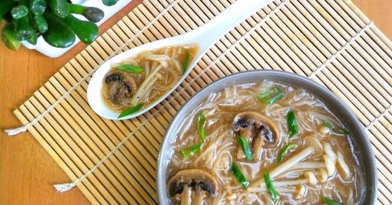 Sopa oriental de cogumelos com macarrão bifum