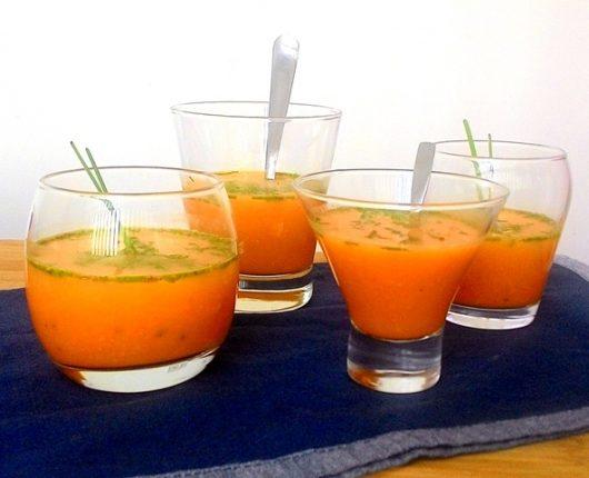 Sopinha fria de cenoura e tangerina no copo