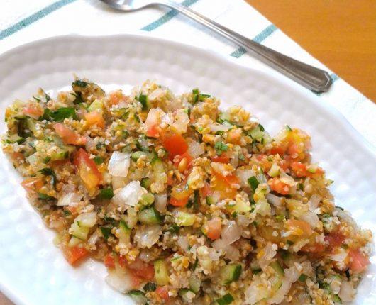 Tabule (salada de trigo com pepino, tomate, cebola e ervas)
