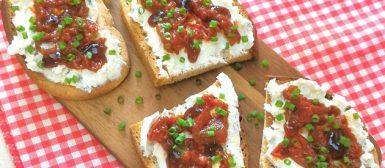 Tartine de chèvre com relish de tomate