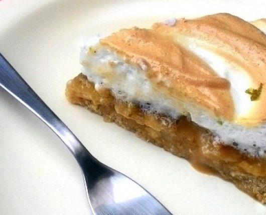 Torta de banana com doce de leite e suspiro (sem glúten)