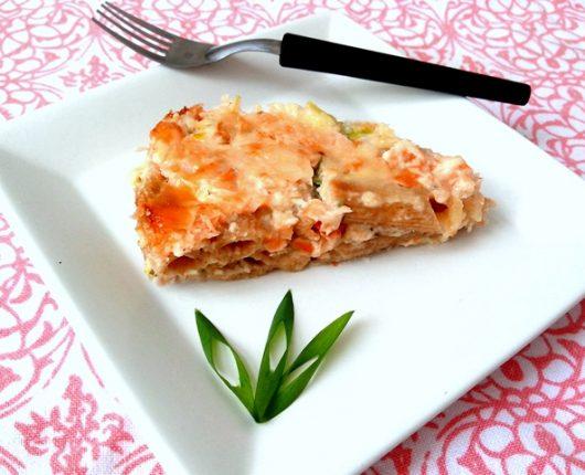 Torta de macarrão com sobras de salmão e de alho poró