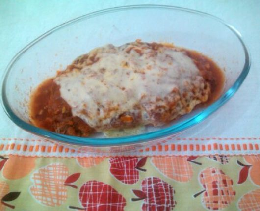 Filé à parmegiana no microondas (empanado e frito/assado com molho e queijo derretido)