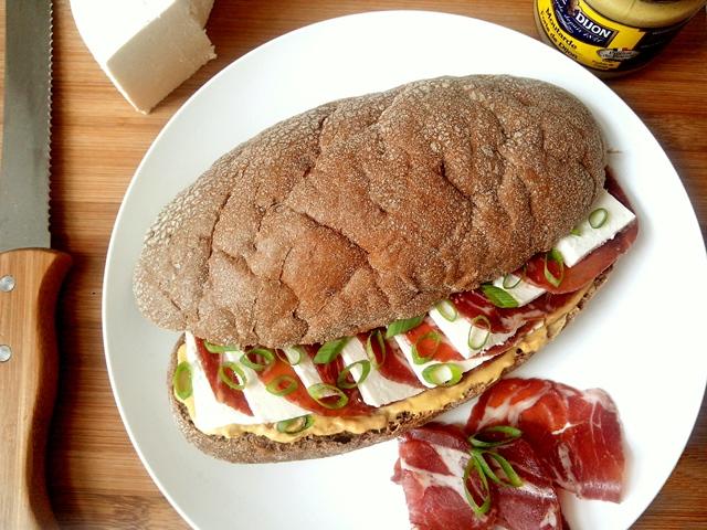 sanduichedecopaequeijobranco_cozinhandopara2ou1.jpg