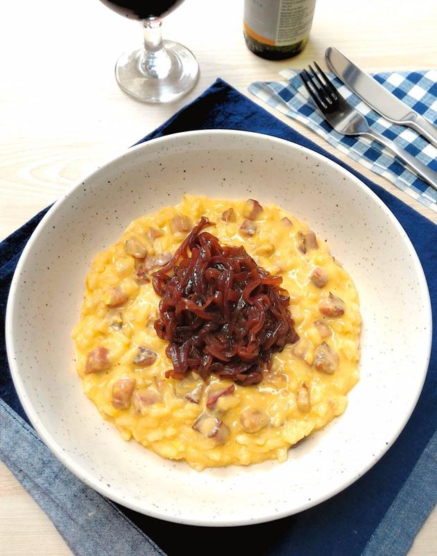 Risoto de bacon com cheddar e cebolas caramelizadas